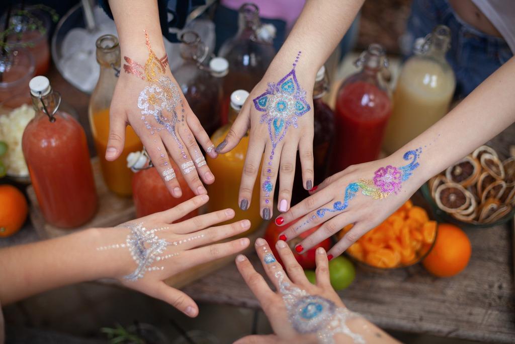 Tatuajes con henna en fiestas