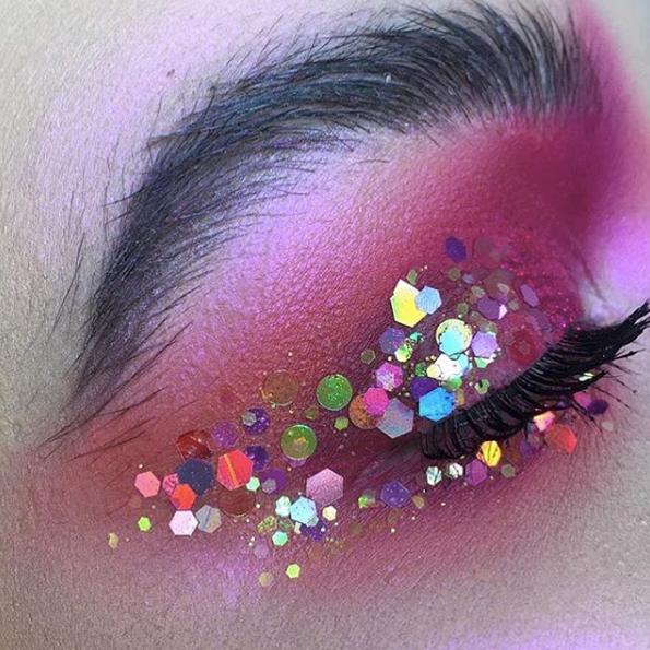 Maquillaje con purpurinas en eventos.